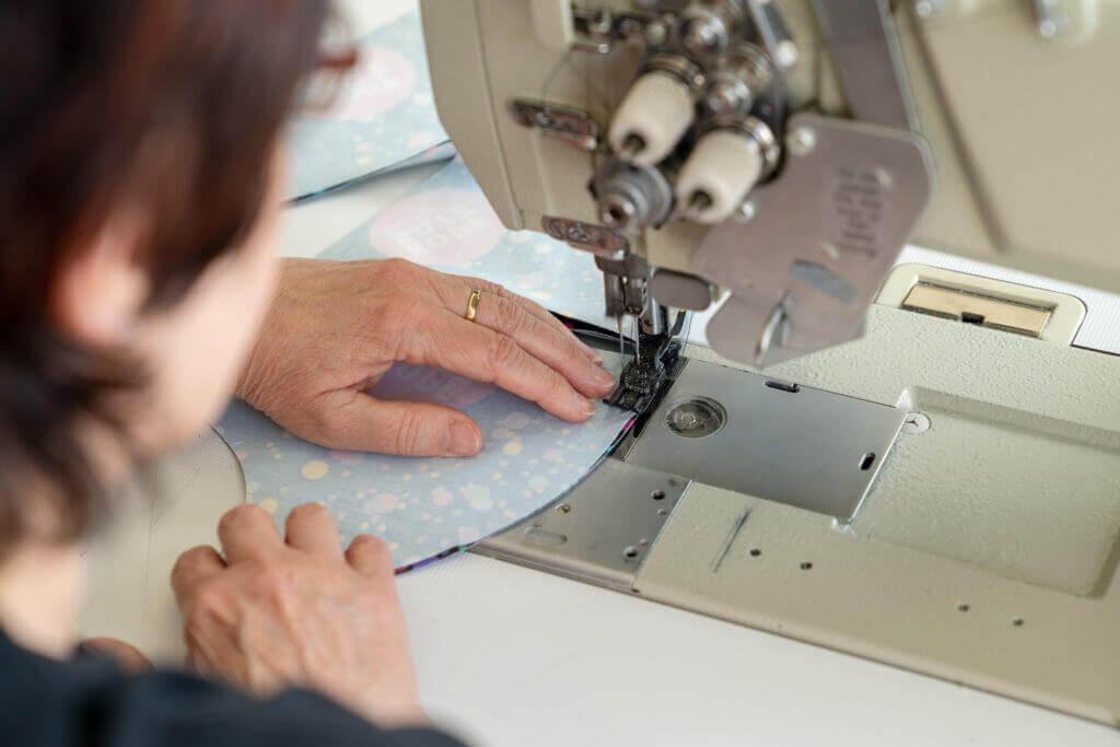 Herstellung Mundmasken in Nähmaschine