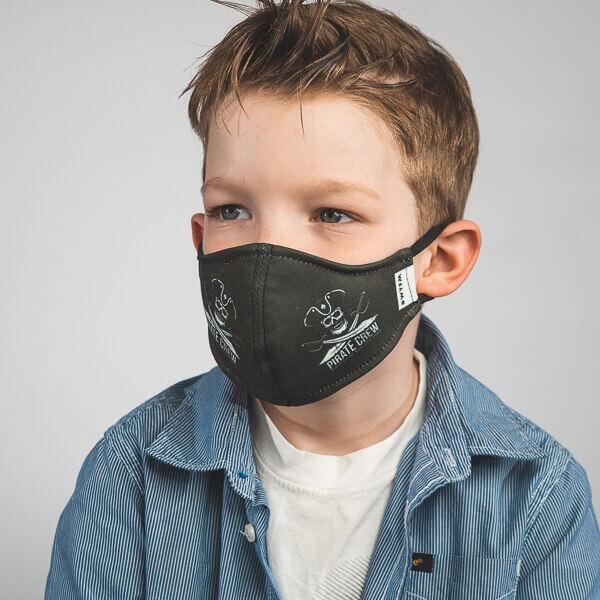 Kinder-Mundmaske RUDOR mit Piraten-Motiv Seitenansicht rechts