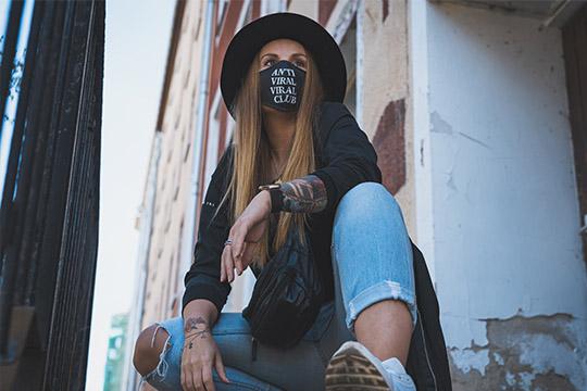"Frau mit Mundmaske ""Anti Viral Viral Club"""