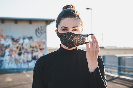 Frau mit Mundmaske SIMON