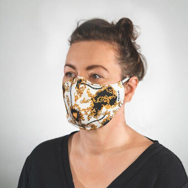 Mundmaske mit weiß gold schwarzes Barockmuster Seitenansicht rechts