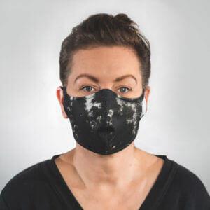 Mundmaske mit schwarz weißes Batik Muster Vorderansicht