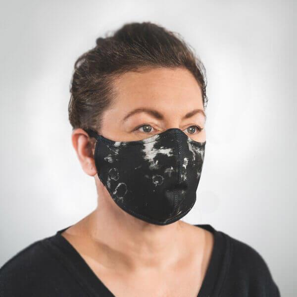 Mundmaske mit schwarz weißes Batik Muster Seitenansicht links