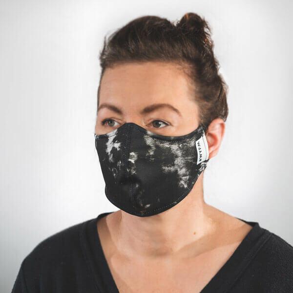 Mundmaske mit schwarz weißes Batik Muster Seitenansicht rechts