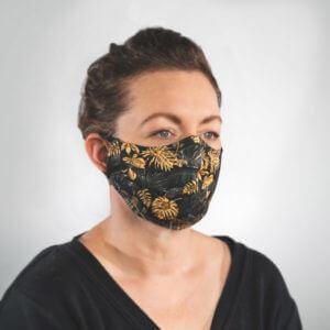 Mundmaske mit Schwarz Goldene Palmenblätter Monstera Seitenansicht links