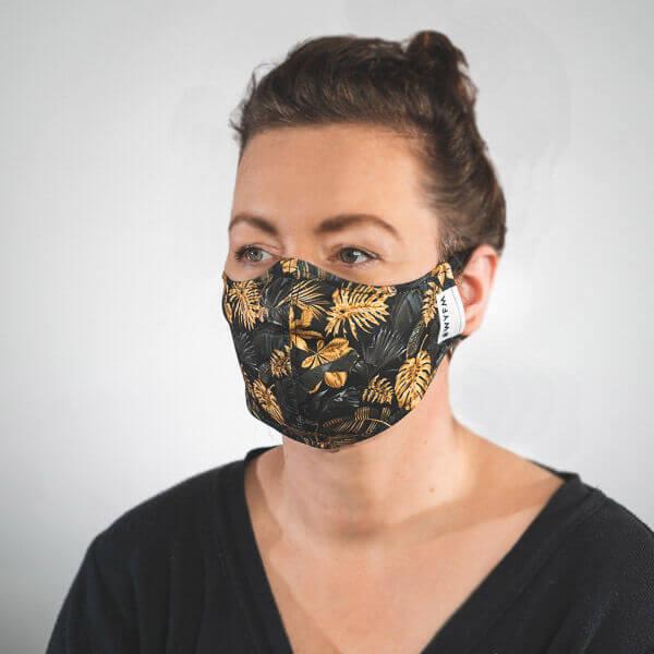 Mundmaske mit Schwarz Goldene Palmenblätter Monstera Seitenansicht rechts