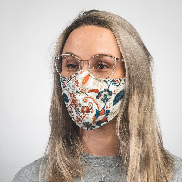 Mundmaske mit Paisleymuster blau orange weiß Seitenansicht rechts