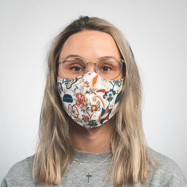 Mundmaske mit Paisleymuster blau orange weiß Vorderansicht