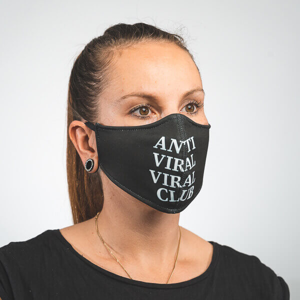 Mundmaske in schwarz mit weißem ANTI VIRAL VIRAL CLUB Aufdruck Seitenansicht links