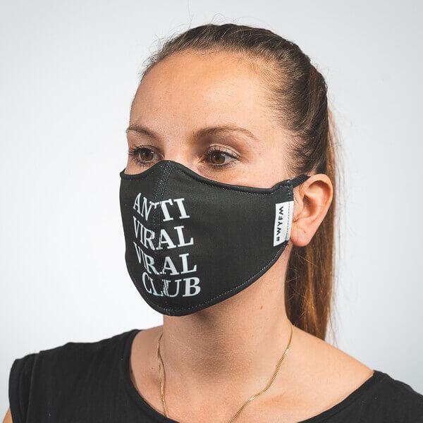Mundmaske in schwarz mit weißem ANTI VIRAL VIRAL CLUB Aufdruck Seitenansicht rechts