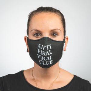 Mundmaske in schwarz mit weißem ANTI VIRAL VIRAL CLUB Aufdruck Vorderansicht
