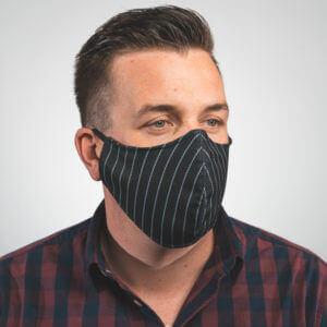 Mundmaske in schwarz mit weißen Streifen, Nadelstreifen Aufdruck Seitenansicht links
