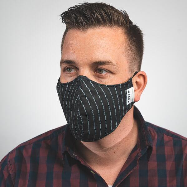 Mundmaske in schwarz mit weißen Streifen, Nadelstreifen Aufdruck Seitenansicht rechts