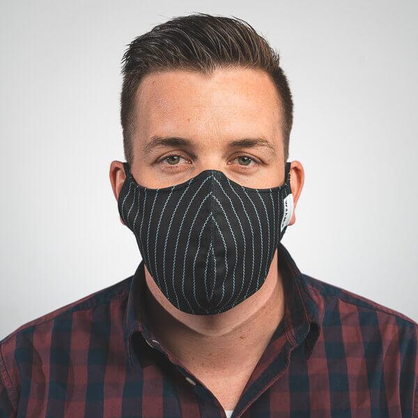 Mundmaske in schwarz mit weißen Streifen, Nadelstreifen Aufdruck Vorderansicht