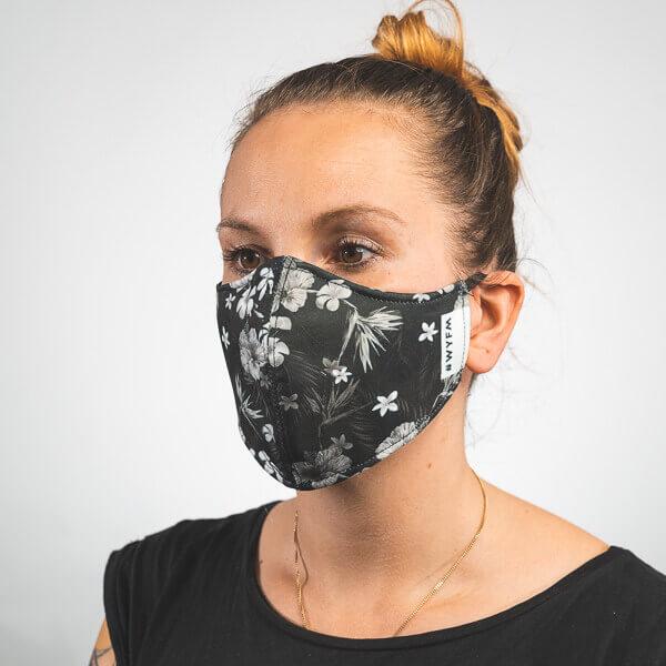 Mundmaske mit schwarz weiße Blumenblüten Seitenansicht rechts