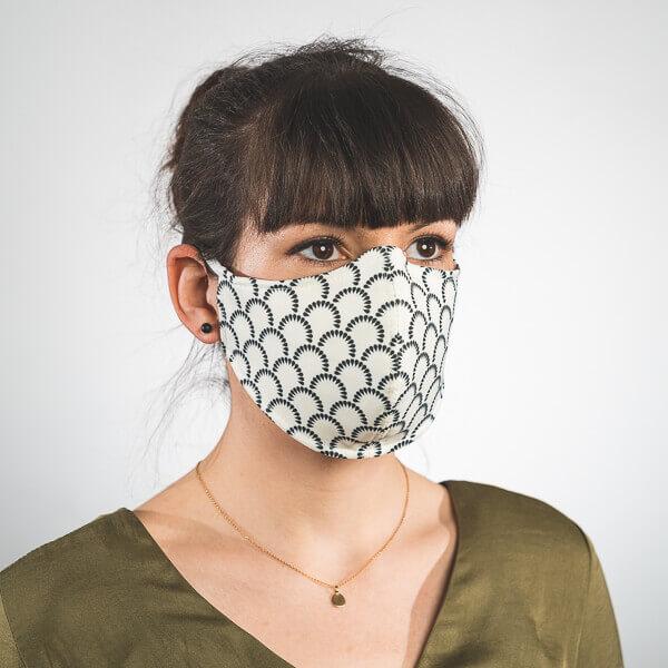 Mundmaske mit beige mit dunkelblauen Bögen aus Tränen Seitenansicht links