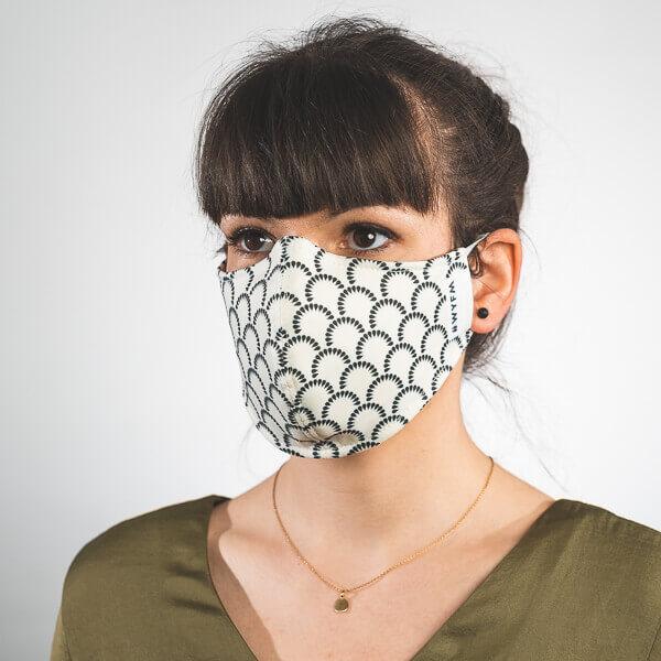 Mundmaske mit beige mit dunkelblauen Bögen aus Tränen Seitenansicht rechts