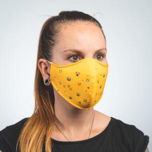 Mundmaske mit gelb mit Smileys Emojis Seitenansicht links