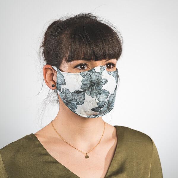 Mundmaske mit weißem Blumenmuster schwarz Seitenansicht links