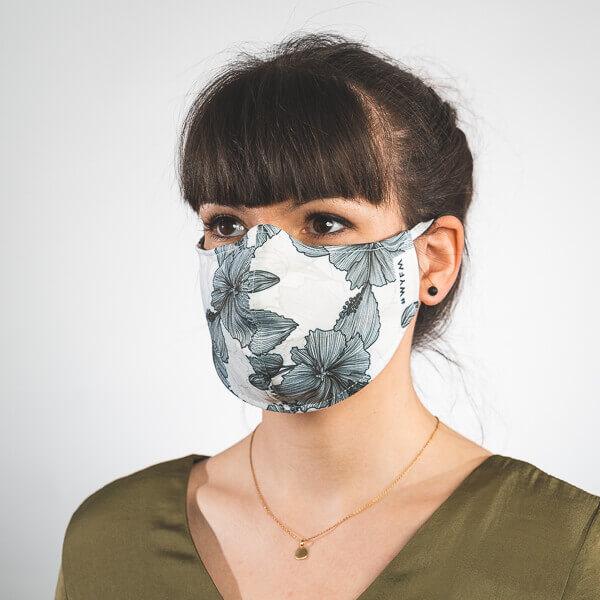 Mundmaske mit weißem Blumenmuster schwarz Seitenansicht rechts