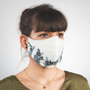 Mundmaske in weiß mit zarten schwarzen Blumen Seitenansicht links