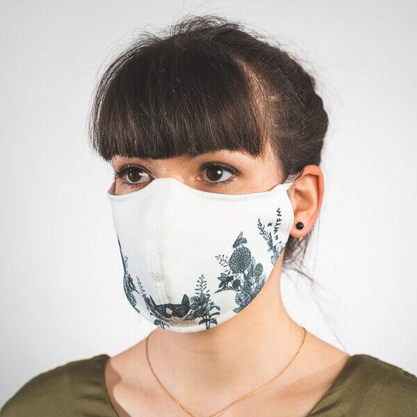 Mundmaske in weiß mit zarten schwarzen Blumen Seitenansicht rechts