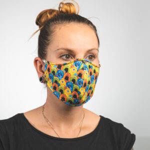 Mundmaske mit bunten Monstern Seitenansicht links