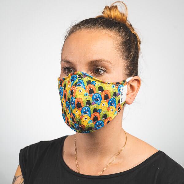 Mundmaske mit bunten Monstern Seitenansicht rechts