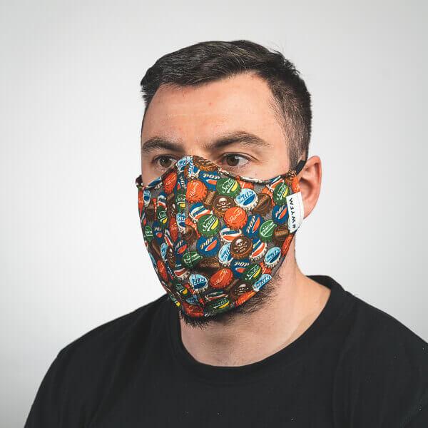 Mundmaske mit pop art kronkorken fake marken Seitenansicht rechts