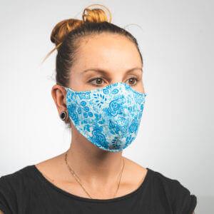 Mundmaske mit hellblau weißes Paisleymuster Seitenansicht links