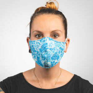 Mundmaske mit hellblau weißes Paisleymuster Vorderansicht